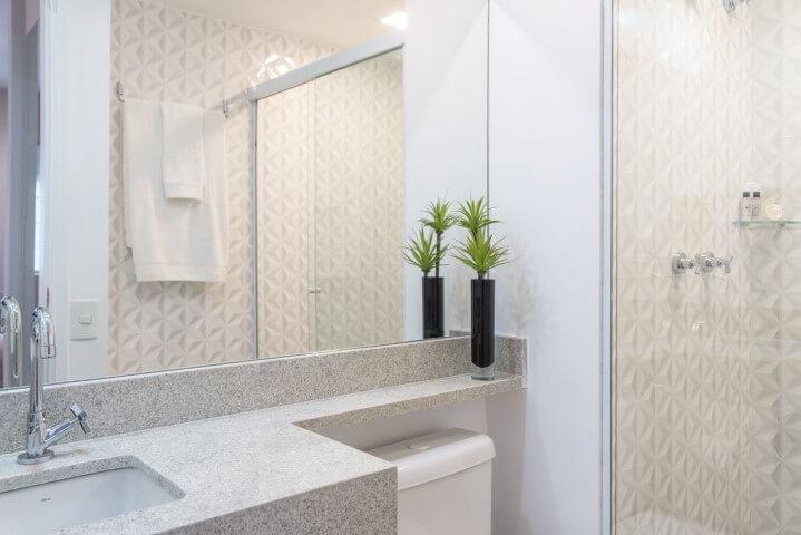 Banheiro simples e moderno com bancada de granito cinza Projeto de Renata Romeiro