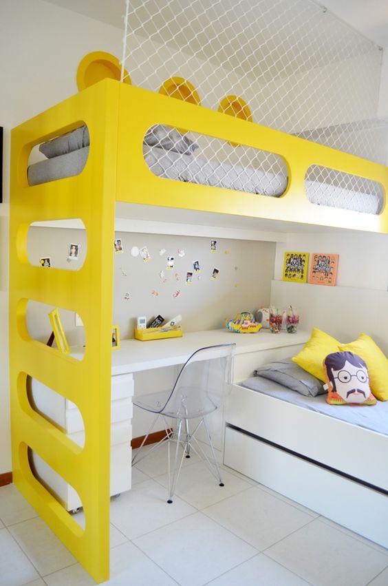 Beliche de madeira branca e amarela com escrivaninha branca