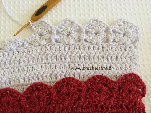 Bico de crochê branco em peça de crochê branca