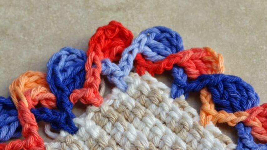 Bico de crochê colorido em tapete de barbante Foto de Ateliê do Crochê