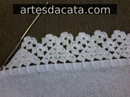 Bico de crochê para pano de prato com triângulos e florzinhas Foto de Artes da Cata