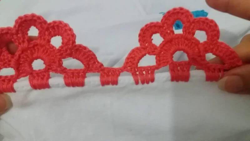 Bico de crochê rosa em formato de meia flor Foto de Construindo Decor