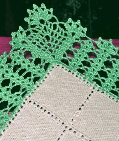 Bico de crochê verde em pano branco Foto de By Mariza Crochet