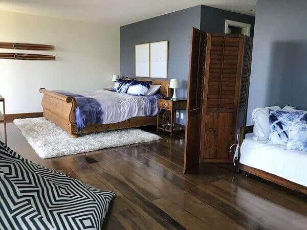 Biombo de madeira em quarto de casal Branco e Azul