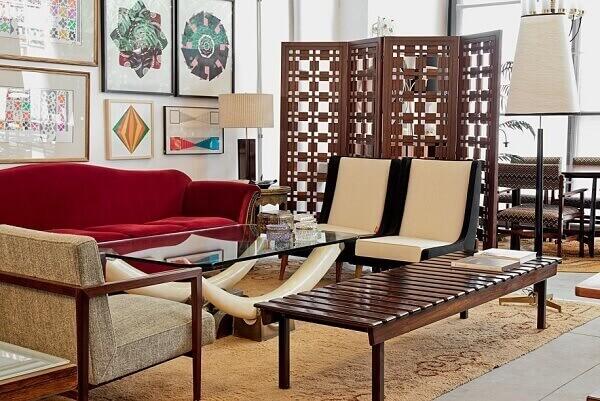 Biombo de madeira separa living e sala de estar