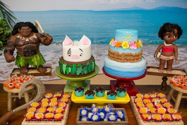 Mesa de festa da Moana com dois bolos Foto de Gustavo Dragunskis