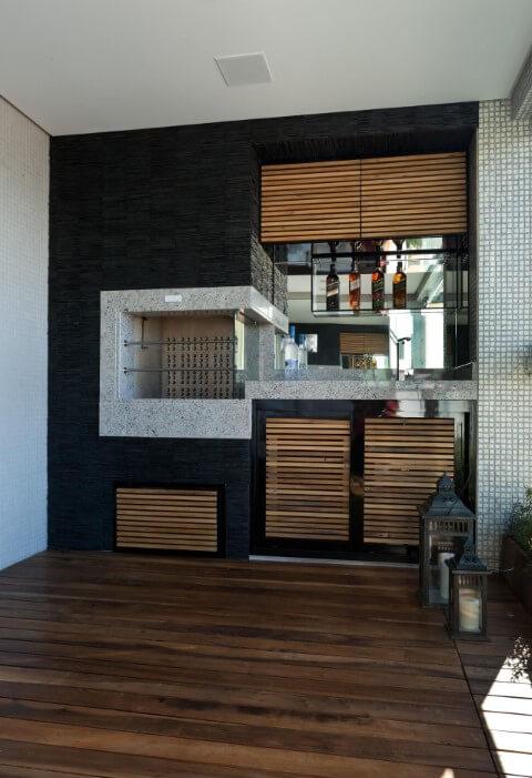 Churrasqueira preta com revestimento de granito cinza Projeto de Juliana Pippi