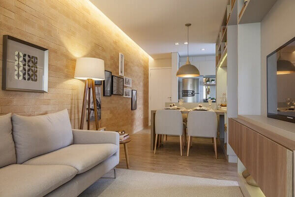 Como decorar uma sala Sala com Sofá Off White e Revestimento de Tijolo