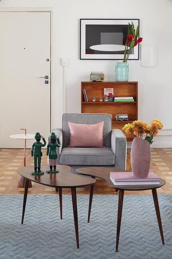 Como decorar uma sala com móvel de madeira e pequena poltrona
