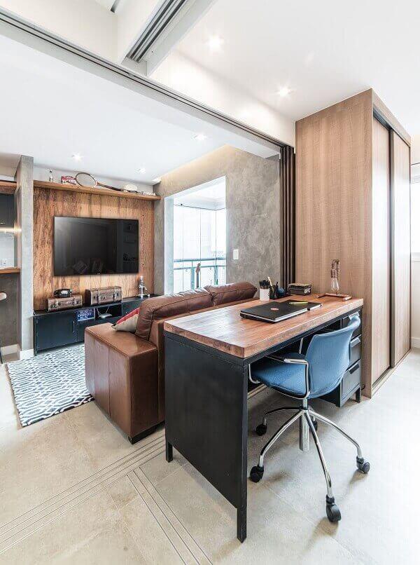 Como decorar uma sala com sofá marrom e tapete geométrico