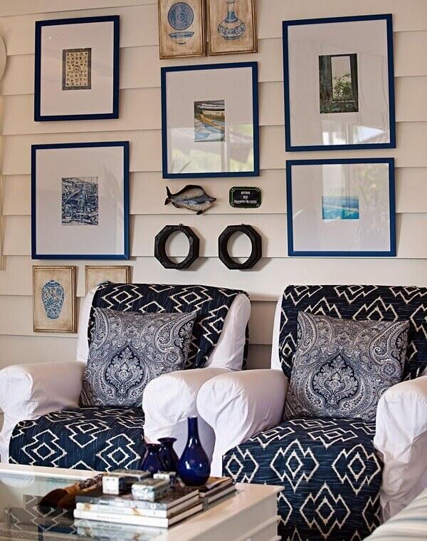 Como decorar uma sala de estar pequena com poltronas e quadros
