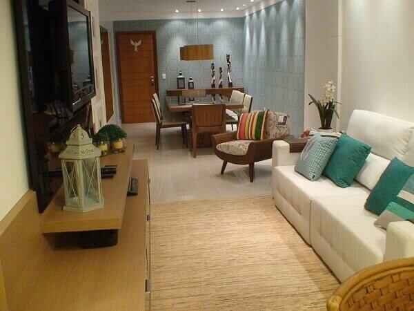 Como decorar uma sala de estar pequena com sofá branco
