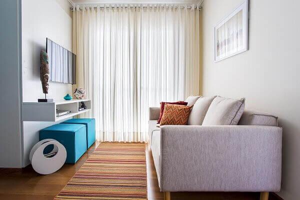 Como decorar uma sala pequena com puff azúl e sofá branco