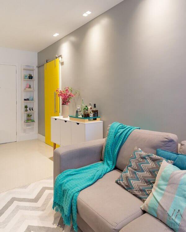 Como decorar uma sala simples com parede cinza e porta amarela