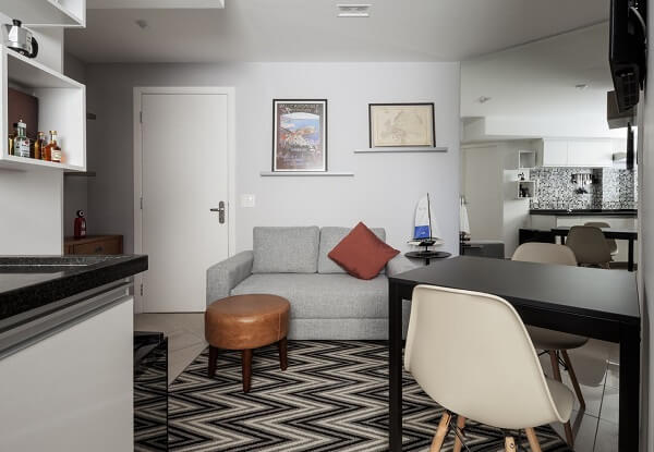 Como decorar uma sala sofá cinza e tapete chevron