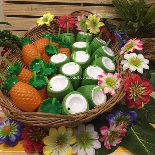 Copos de abacaxi e coco em festa Moana Foto de Mercado Livre