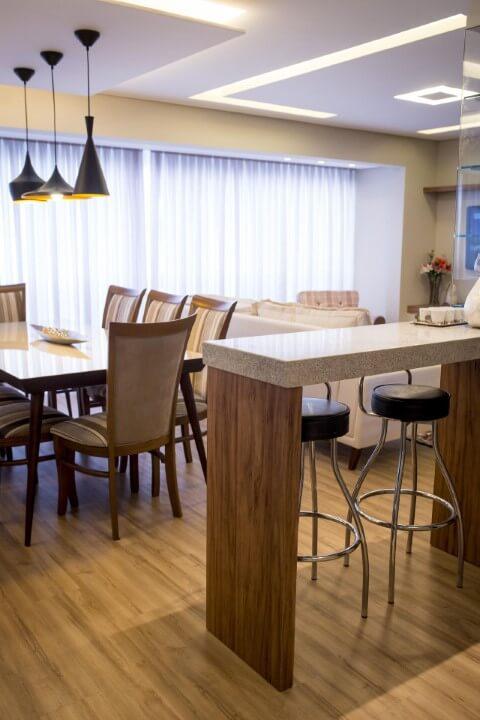 Cozinha americana com balcao de madeira e tampo de granito cinza Projeto de Inova Arquitetura
