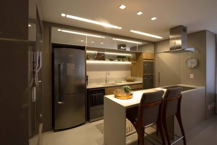 Cozinha americana com trecho atrás da pia com revestimento de gesso 3D Projeto de Marina Turnes