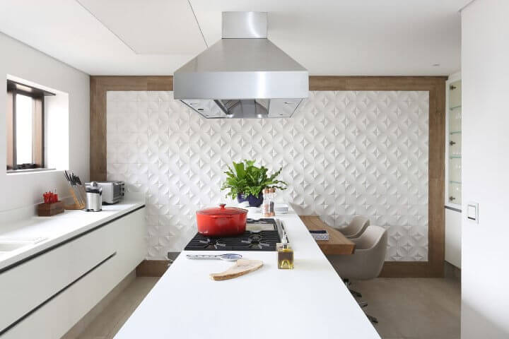 Cozinha branca com parede de gesso 3D e borda de madeira Projeto de Patricia Bergantin