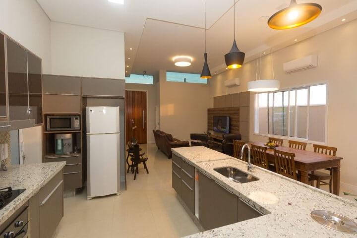 Cozinha com bancada de granito cinza claro Projeto de Engenharia e Arquitetura