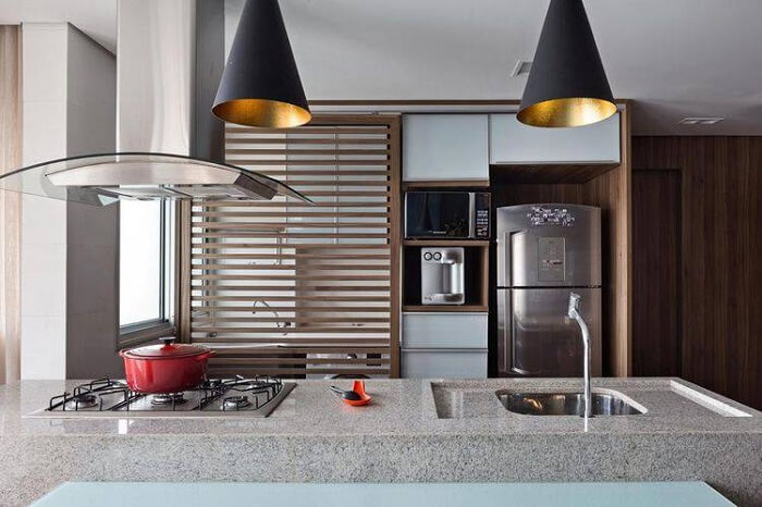 Cozinha com pia e apoio do cooktop feito com granito