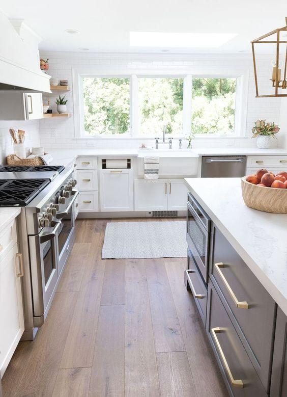 Cozinha com piso laminado e eletrodomesticos