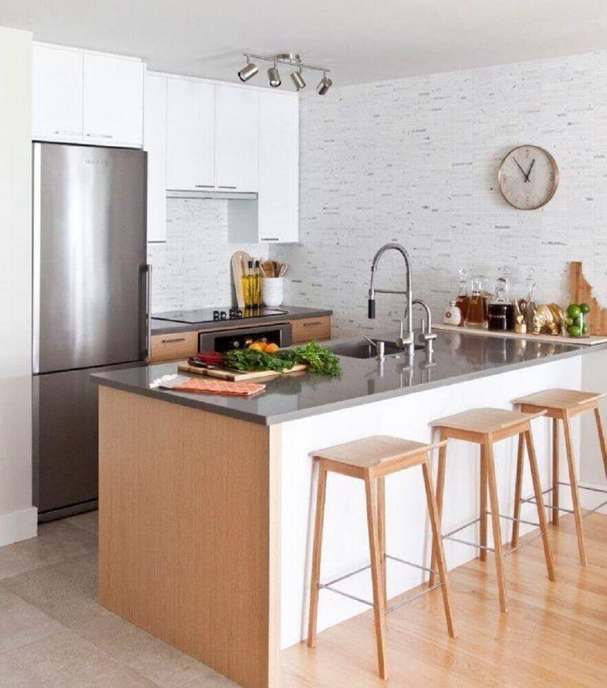 Cozinha compacta americana com papel de parede e banquetas de madeira Foto Form Collective