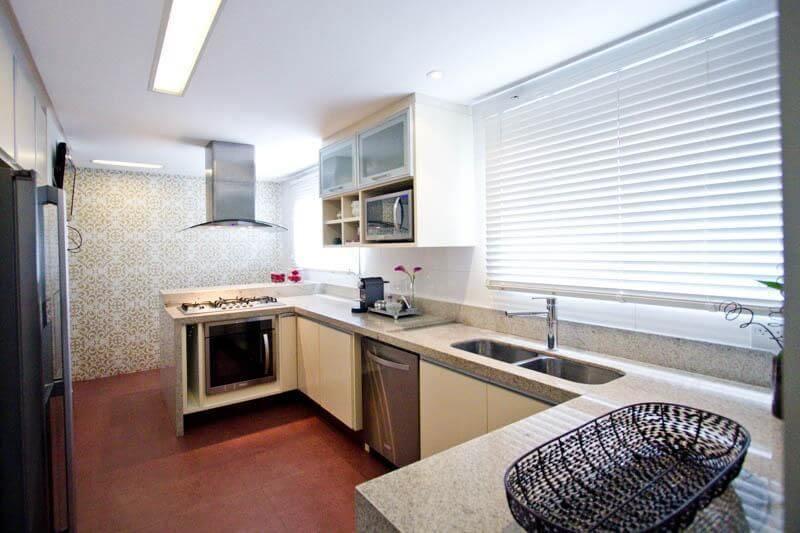 Cozinha estilo corredor com bancada de granito claro Projeto de Codecorar