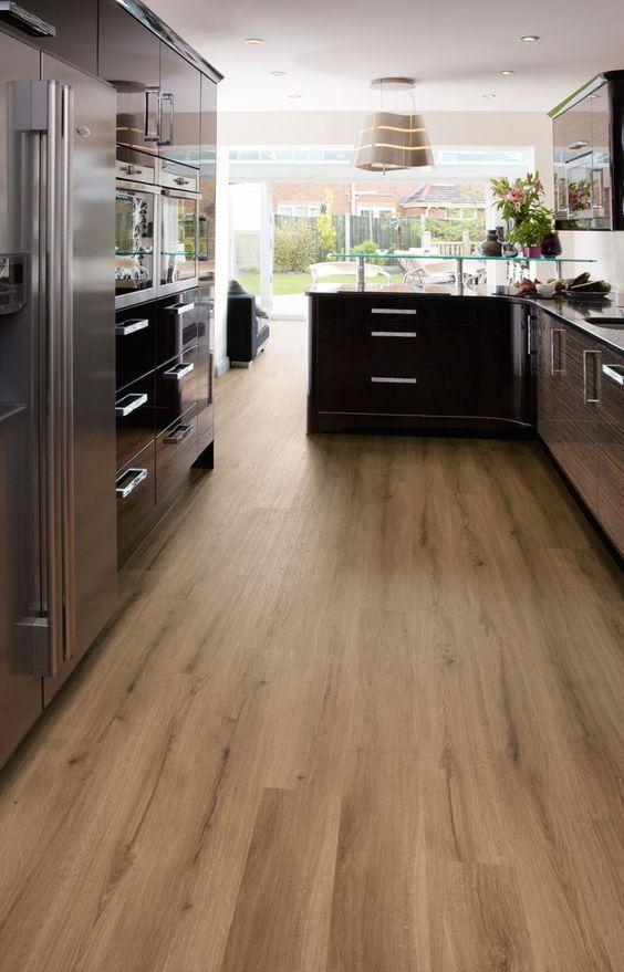 Cozinha moderna com piso laminado
