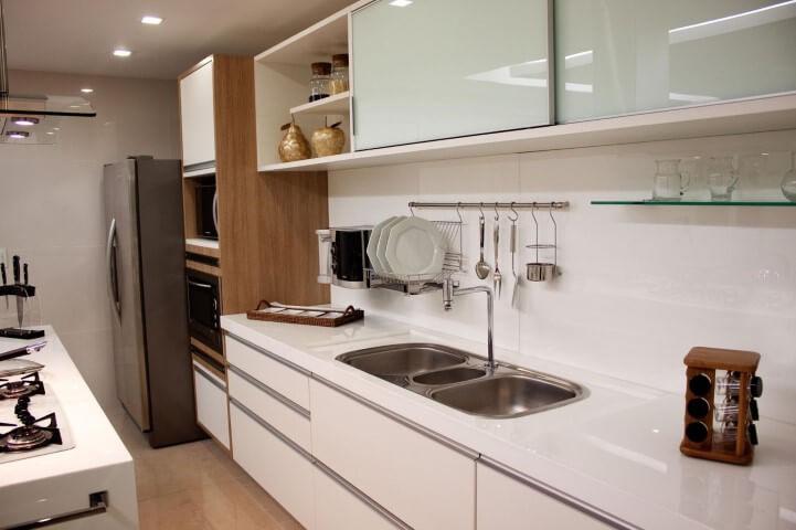 Cozinha planejada com bancada de granito branco Projeto de Larissa Vinagre