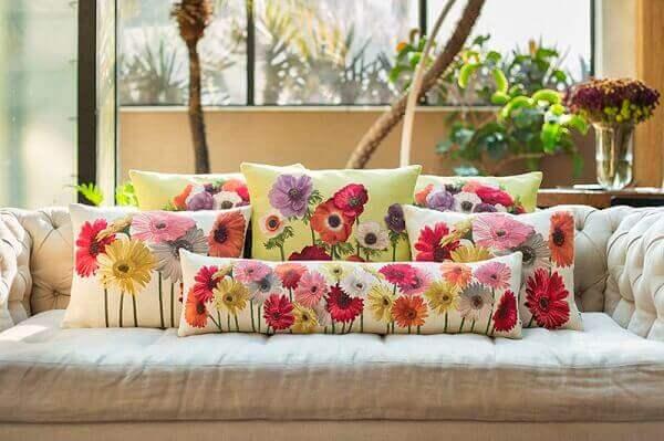 Decoração Floral Sofá Branco com Almofadas de Flores
