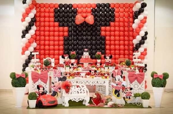 Decoration of balloons forming Minnie's design
