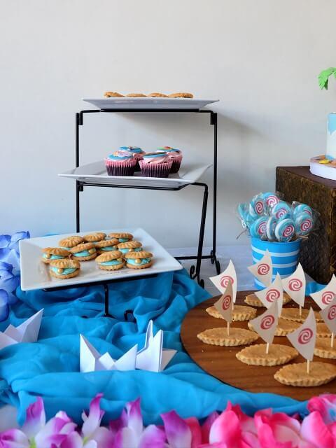Decoração de mesa da festa Moana com tema de mar Foto de A Crafted Lifestyle