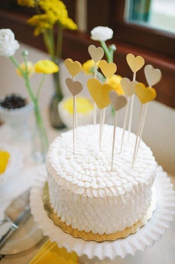 Engagement decoration with cake and yellow hearts