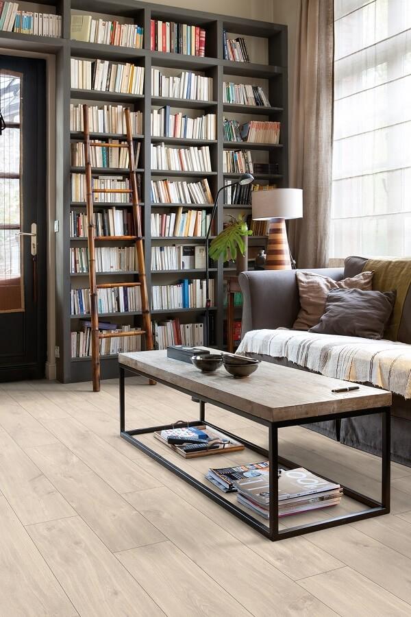 Decoração de sala de estar com piso laminado claro