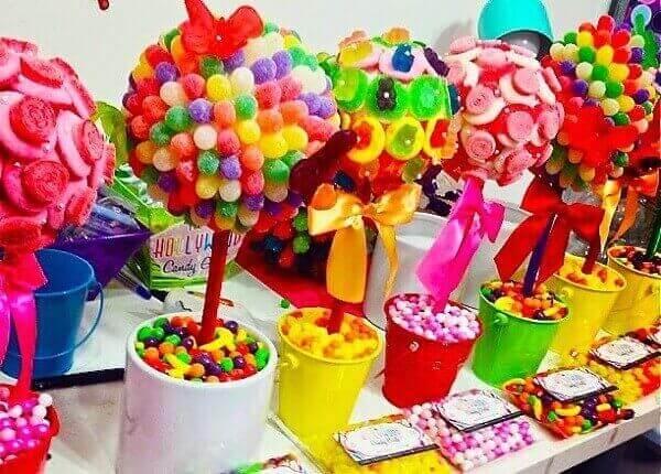 Decoração dia das crianças com arranjos de jujubinhas