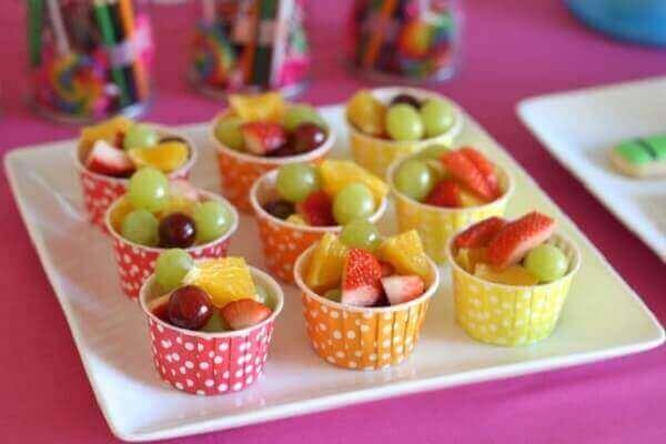 Decoração dia das crianças com potinhos de frutas