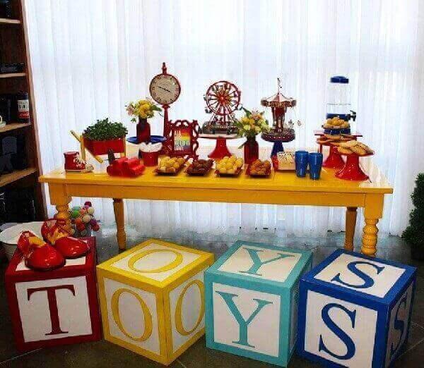 Decoração dia das crianças utiliza peças na decoração de mesas