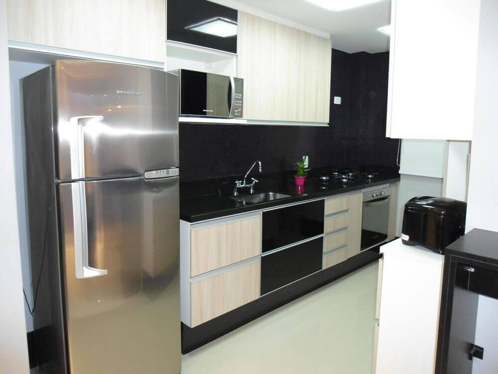 Decoração para cozinha corredor com pastilha preta Foto Juliana Miguel