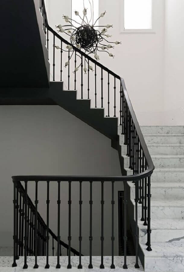Escada de ferro com guarda corpo de ferro  Foto Casa de Valentina