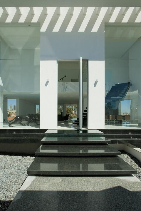 Escada externa de granito preto Projeto de Gislene Lopes
