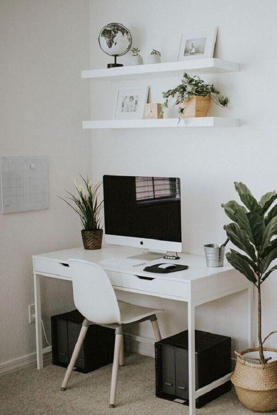 Escrivaninha branca com prateleiras para decorar o cantinho de trabalho