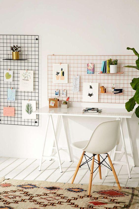 Escrivaninha branca e pequena com cavalete e cadeira branca