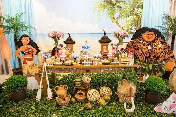 Festa Moana com personagens em tamanho real e painel com imagem de praia Foto de Muita Festa Decorações