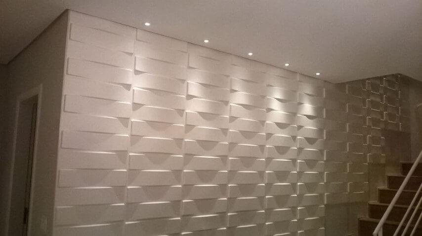 Gesso 3D em parede que acompanha a escada Foto de Pinterest