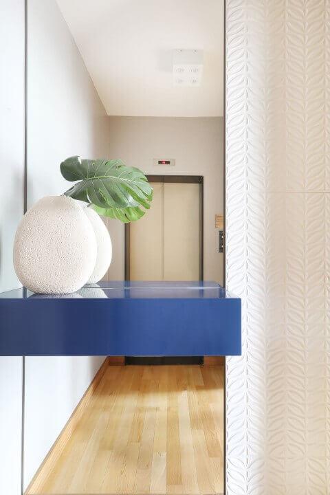 Hall com parede espelhada e com revestimento de gesso 3D com padrão de folhas Projeto de Estúdio AE