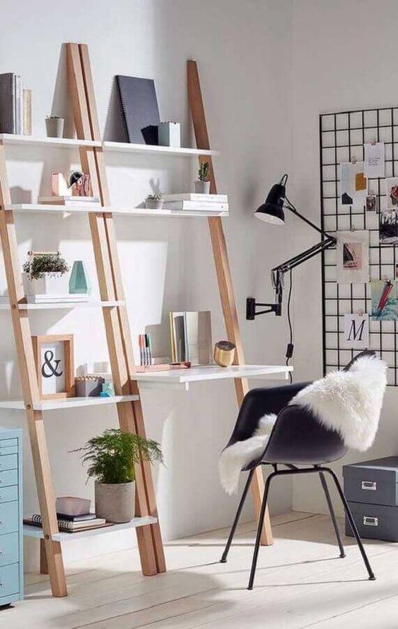 Home office com estante cavalete e escrivaninha branca