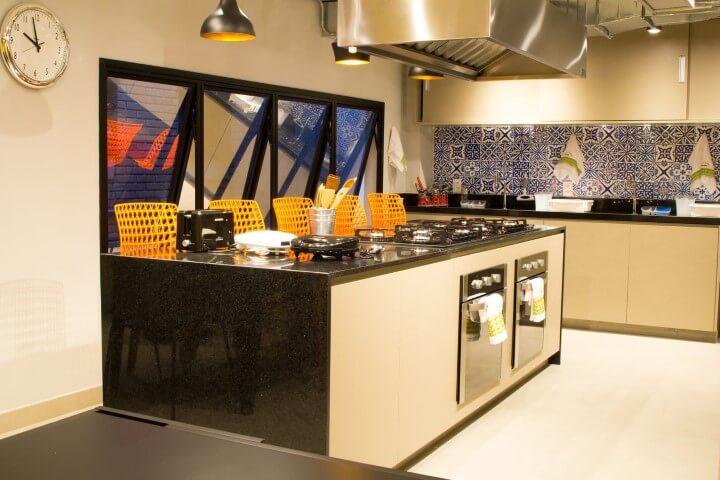 Ilha em cozinha ampla com bancada de granito preto Projeto de Abreu Coimbra Arquitetura