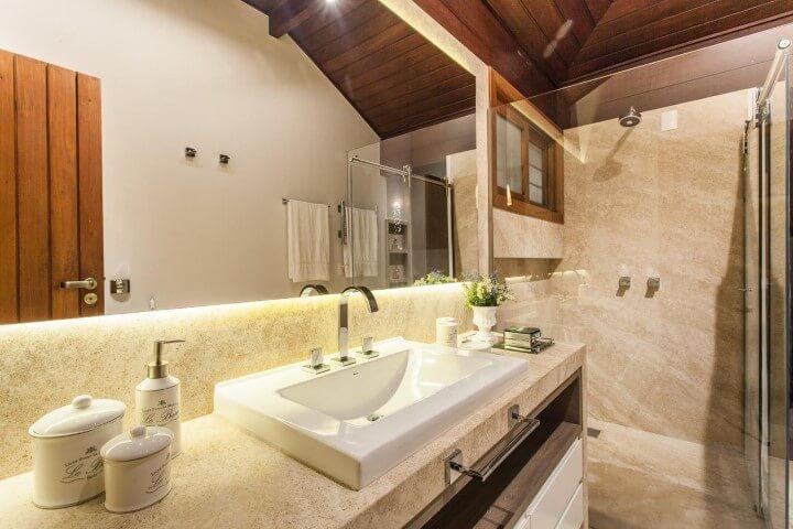 Lavabo com bancada de granito combinando com revestimento de parede Projeto de Juliana Pippi