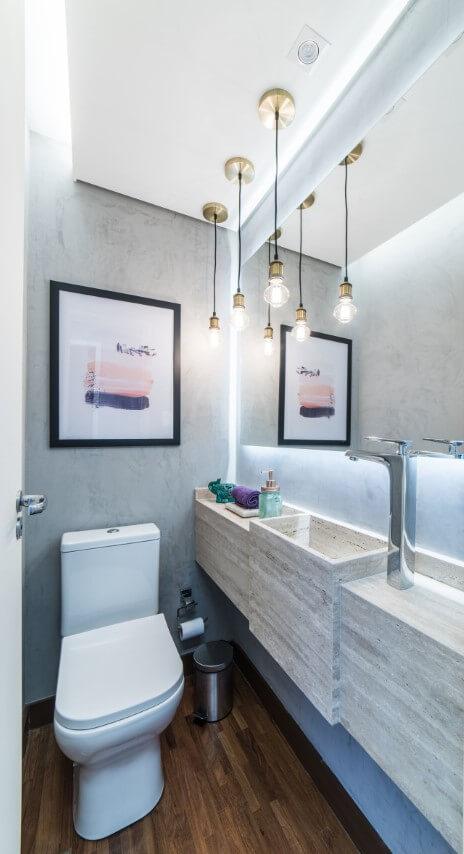 Lavabo com parede cinza e bacia com caixa acoplada clara Projeto de Pietro Terlizzi
